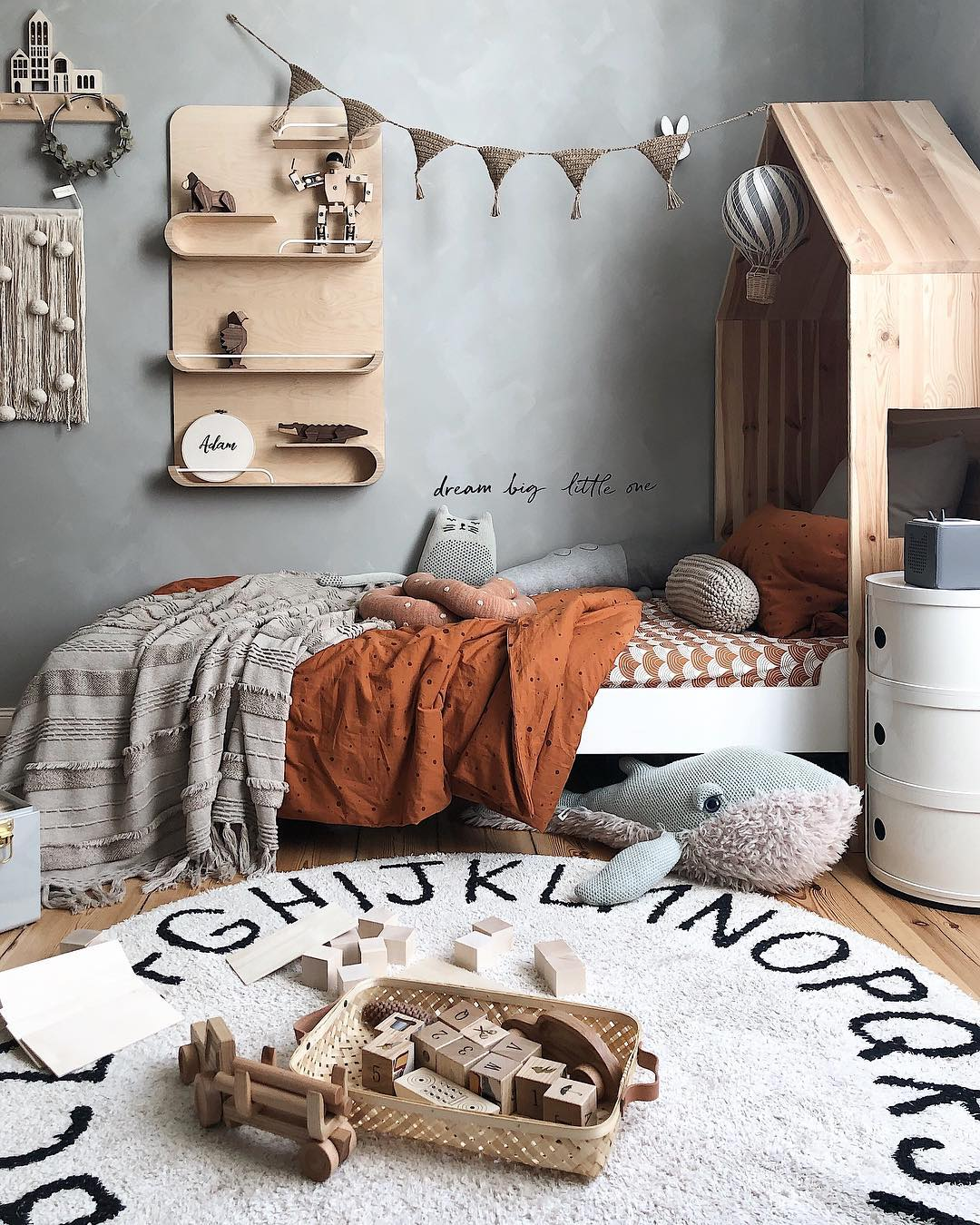 couleur pastel chambre bleu gris tapis rond jouet bois tête de lit cabane - blog déco - clem around the corner