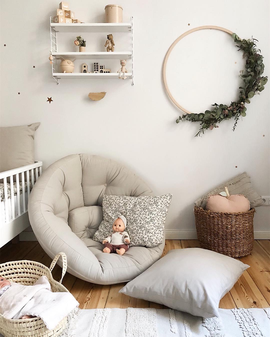 couleur pastel chambre enfant coin détente coussin de sol gris parquet bois - blog déco scandinave bucolique - clem around the corner