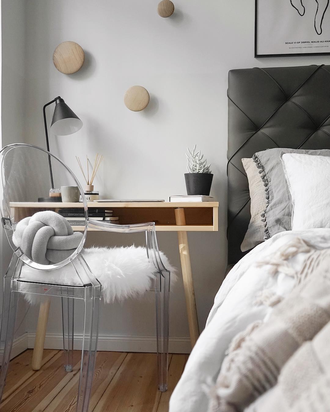 couleur pastel chambre parent bureau chaise transparente coussin fourrure blanche table bois - blog déco - clem around the corner