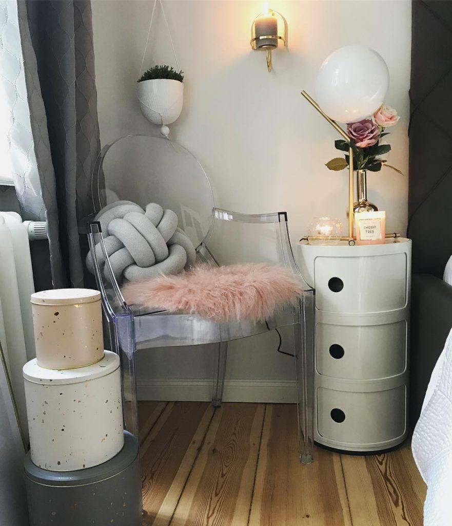 couleur pastel chambre parent coin détente chaise coussin fourrure rose meuble rond - blog déco - clem around the corner