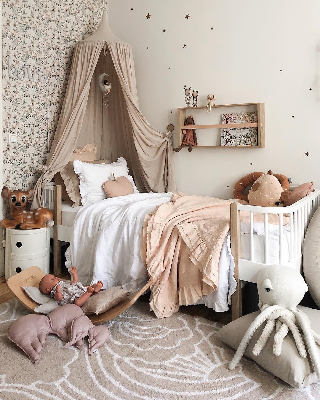 couleur pastel chambre rose saumon blanc papier peint peluche jouet lit - blog déco - clem around the corner
