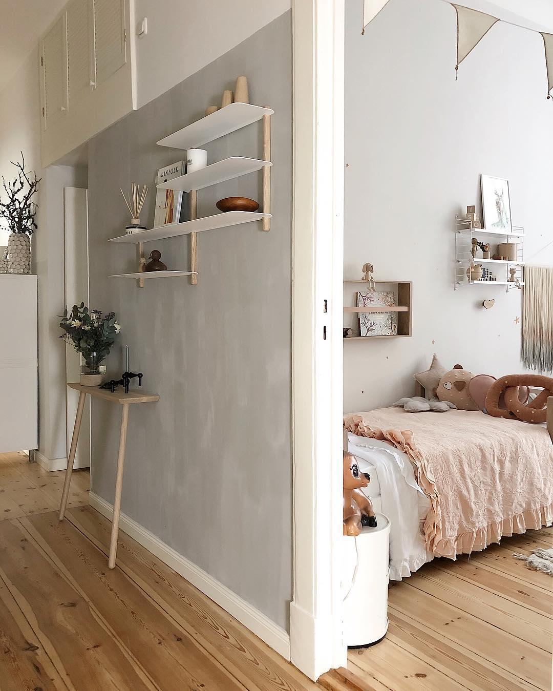 couleur pastel couloir mur gris chambre rose parquet bois frange tie and dye - blog déco - clem around the corner