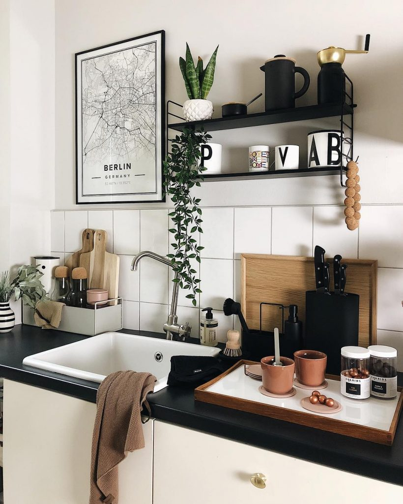 couleur pastel cuisine mur carrelage blanc plan travail noir plateau rectangle bois tasse terracotta plante verte - blog déco - clem around the corner