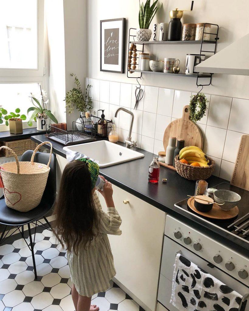 couleur pastel cuisine sol carrelage noir et blanc fenêtre sac osier coeur - blog déco - clem around the corner