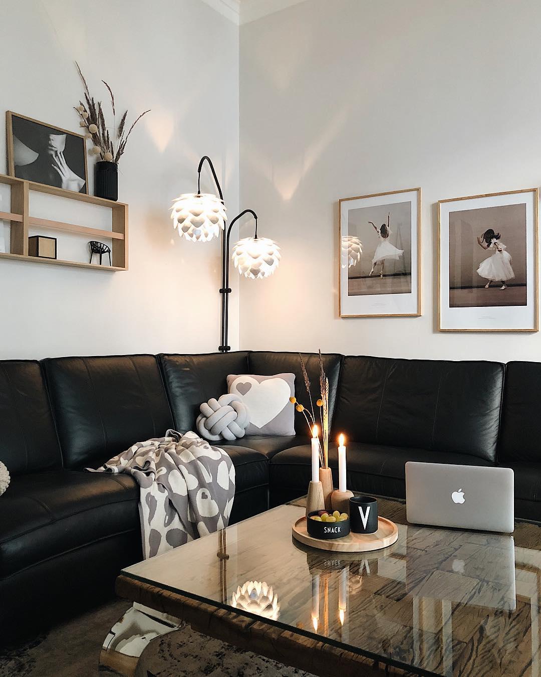 couleur pastel salon canapé angle cuir table basse bois plaque vitrée plateau rond - blog déco - clem around the corner