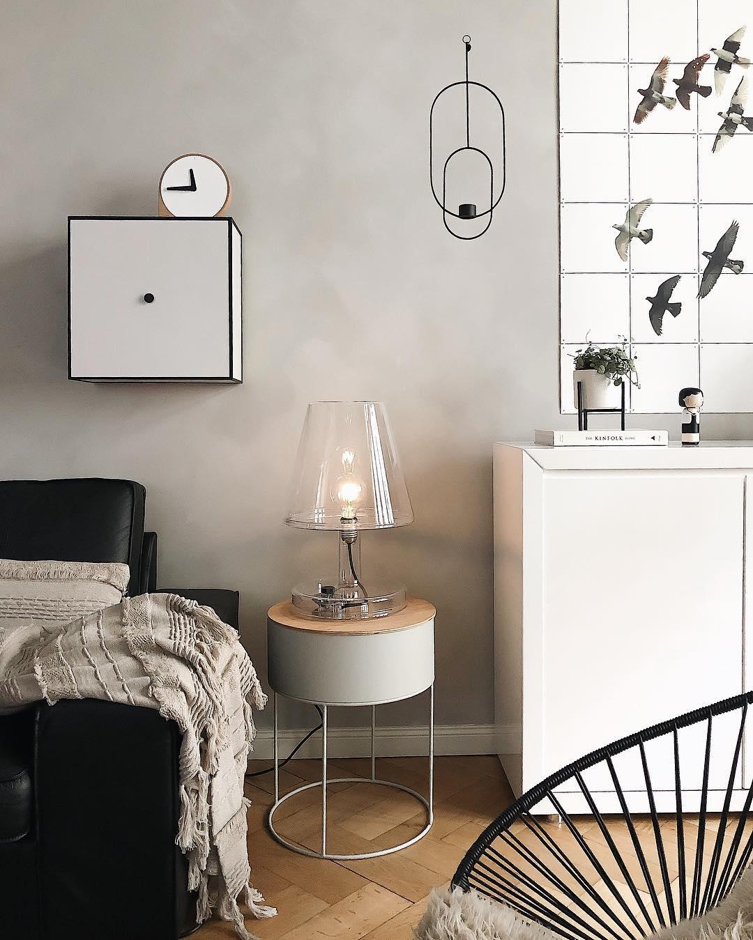 couleur pastel salon canapé cuir noir lampe transparente bois plaid marron pompon chaise grillage - blog déco - clem around the corner