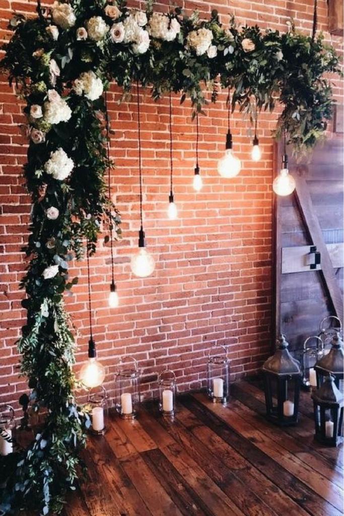 decor guirlande lumineuse guinguette et arche de fleurs pour coin photo mariage
