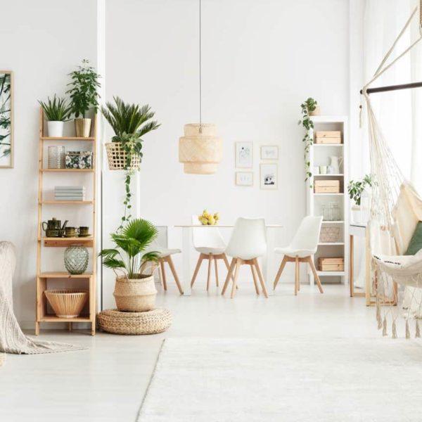 Slow life salon blanc épuré lumineux fauteuil suspendu esprit bohème plante verte clemaroundthecorner
