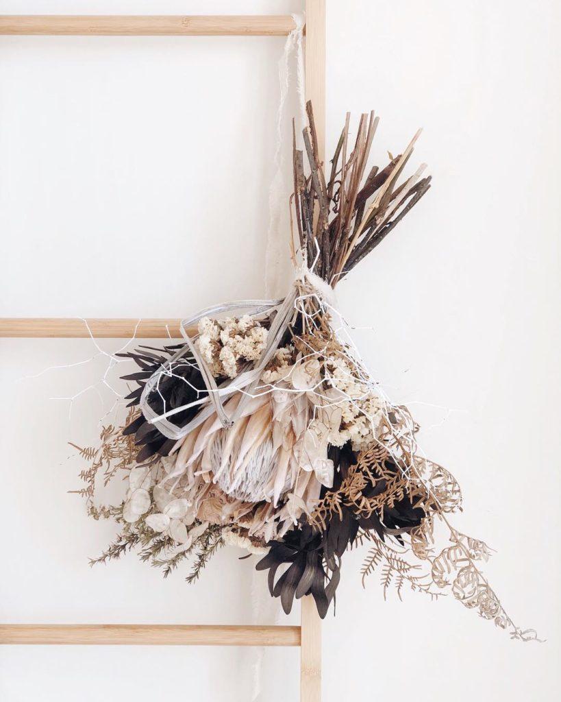 déco murale mariage originale bouquet fleurs séchées échelle - blog decoration clemaroundthecorner