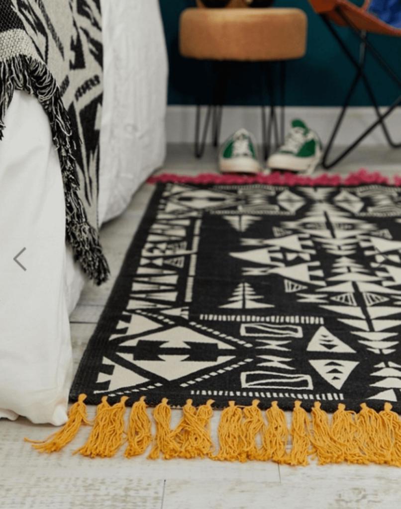 tapis noir blanc franges orange lit déco chambre clemaroundthecorner