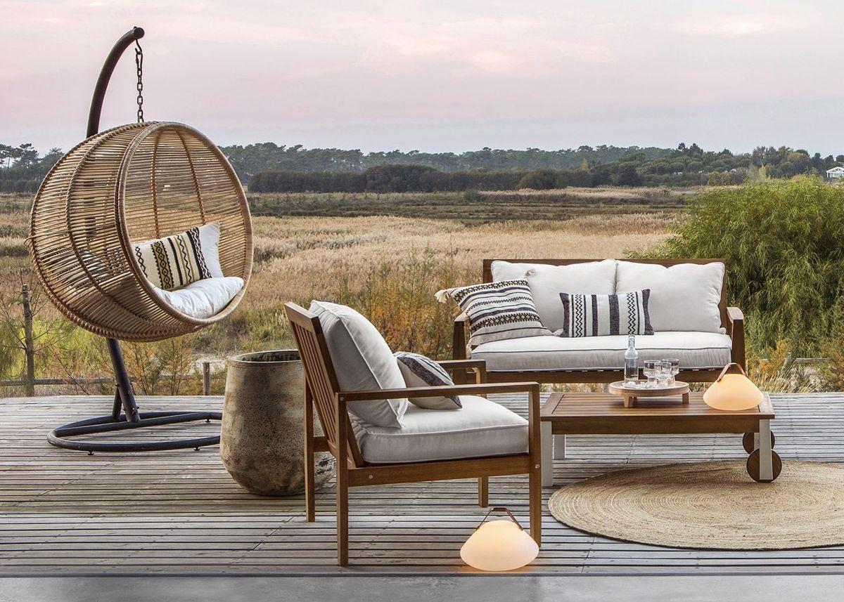 salon extérieur canapé bois fauteuil rond en suspension rotin style boho chic clemaroundthecorner