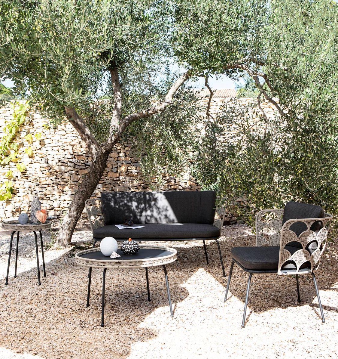 salon extérieur table basse ronde métallique noir corde tressée beige clemaroundthecorner