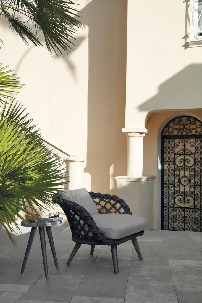 joli coin repos avec fauteuil tressé style bohème palmier sud