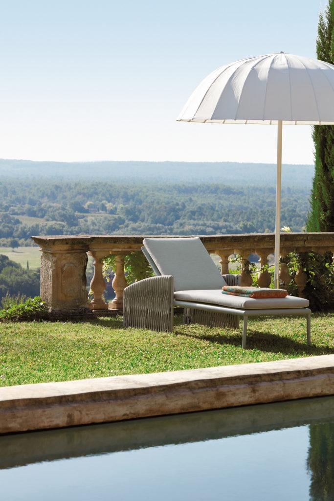 sifas maison sud piscine vue sur campagne parasol chaise longue décoration extérieure - blog déco - clem around the corner