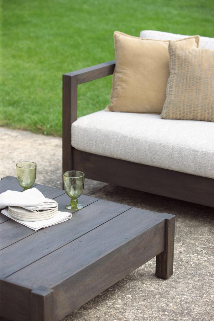 sifas joli salon extérieur canapé tissu table basse bois - blog déco - clem around the corner