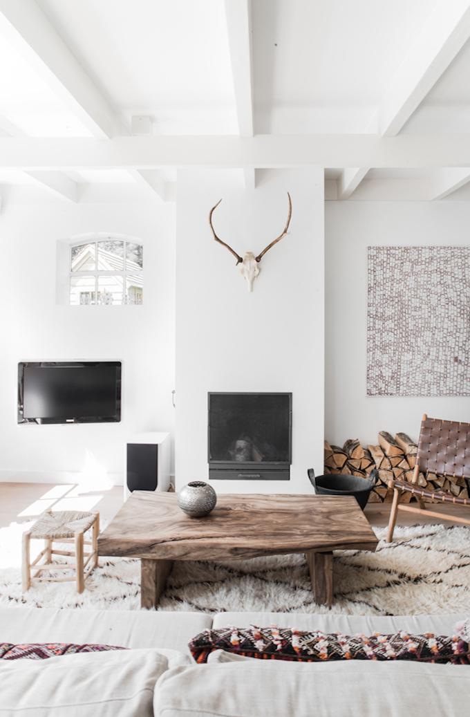 salon blanc épure lumineux table basse bois brut tendance déco ethnique ethnique clemaroundthecorner