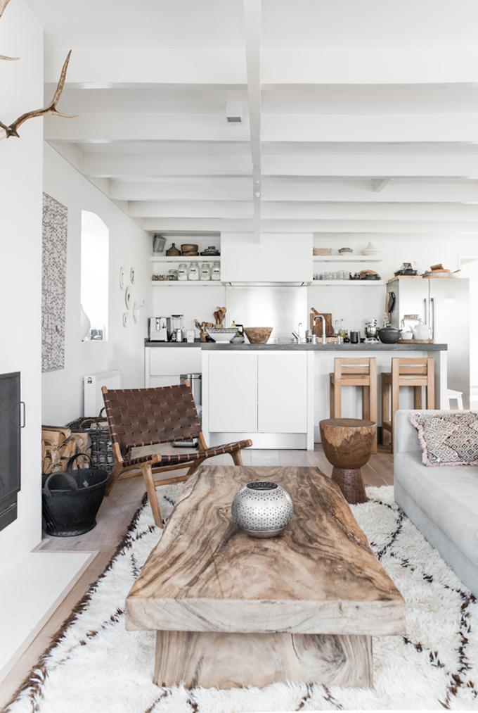 salle à manger blanc lumineux tapis sol bois tendance déco ethnique clemaroundthecorner