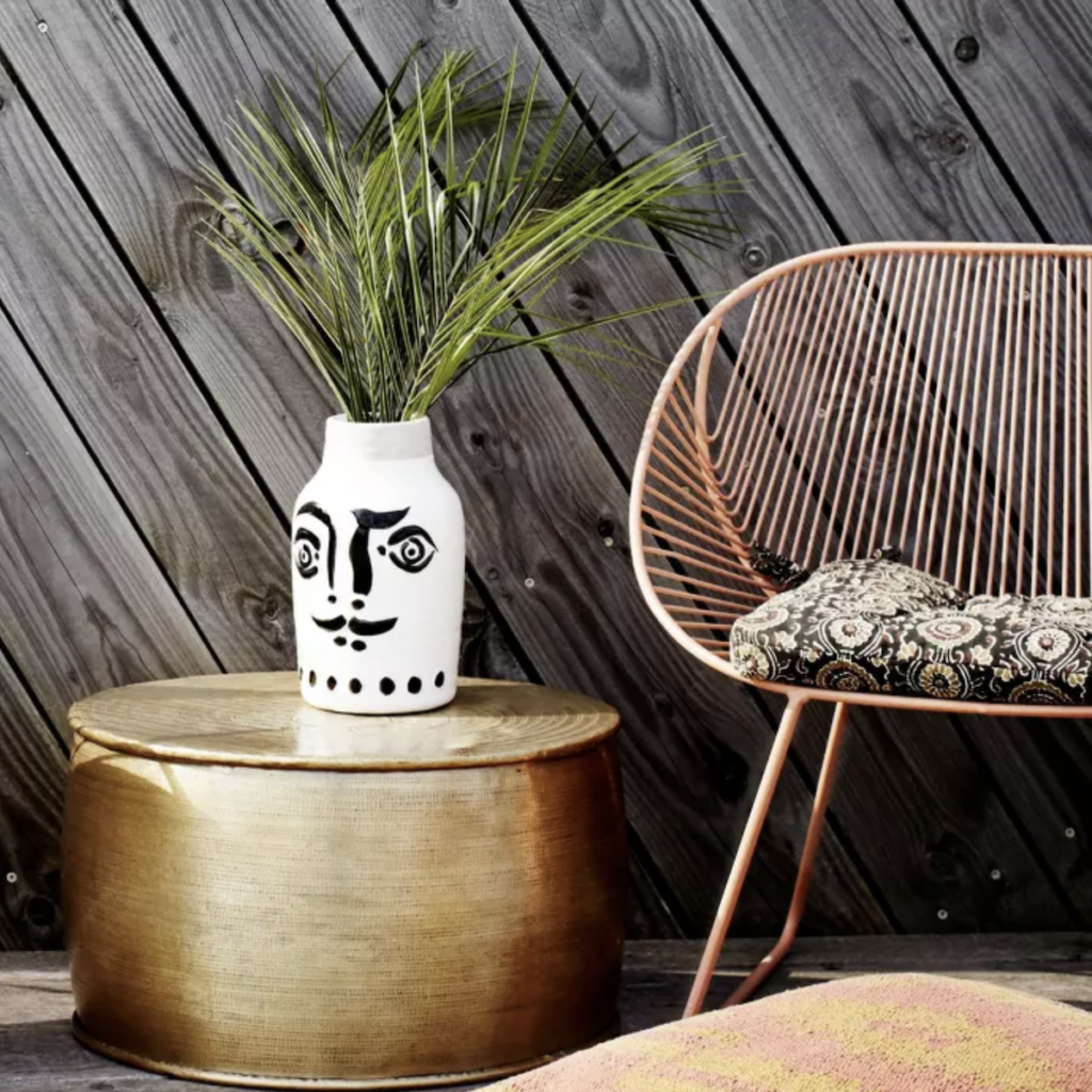 motif visage vase extérieur table laiton terrasse - blog déco - clem around the corner