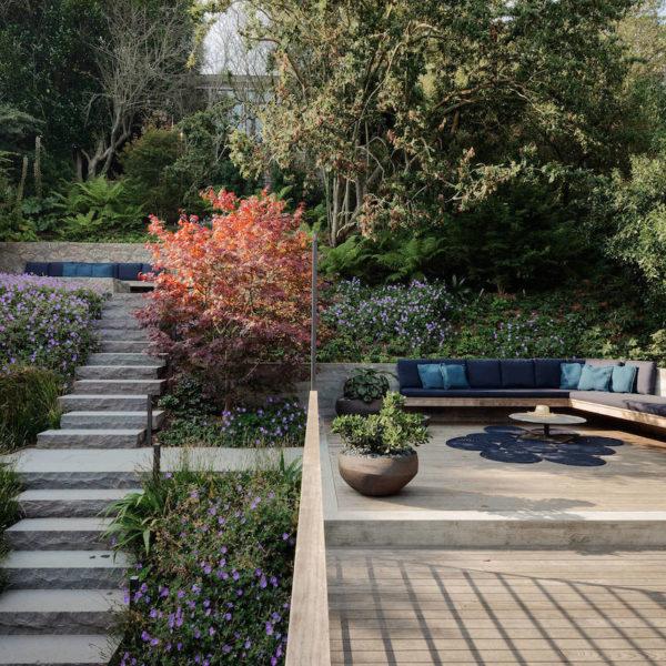 villa à San Francisco terrasse bois béton escalier pierre verdure banquette bleu