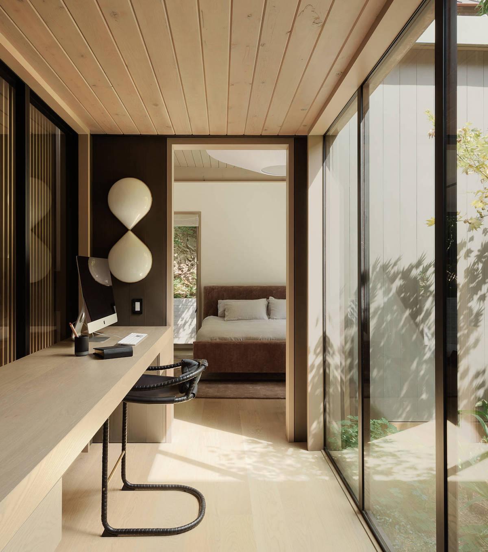 couloir bureau table bois porte vitrée chambre moderne taupe