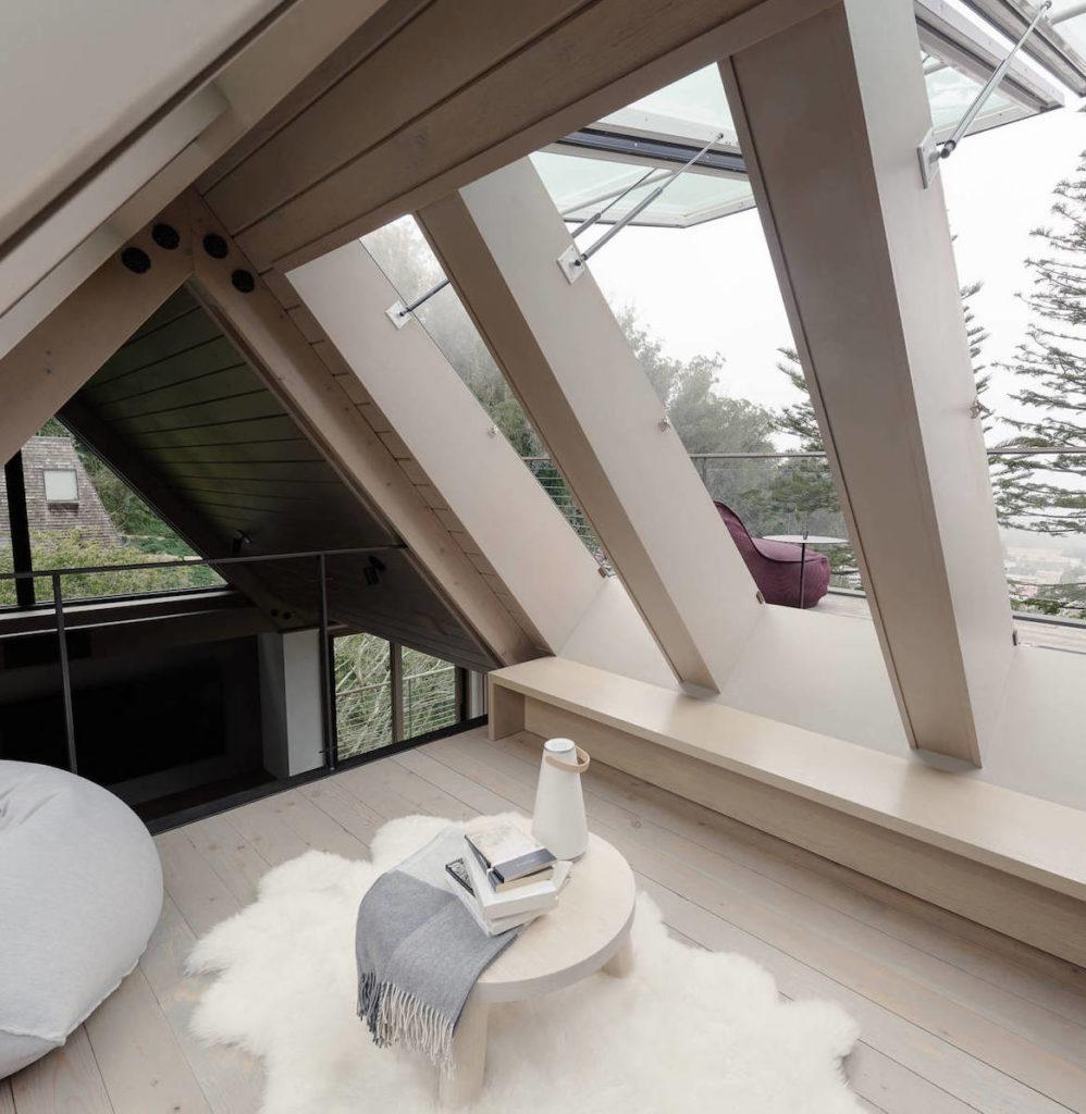 chalet villa à San Francisco coin détente toit triangle parquet en bois tapis fourrure blanche clem around the corner