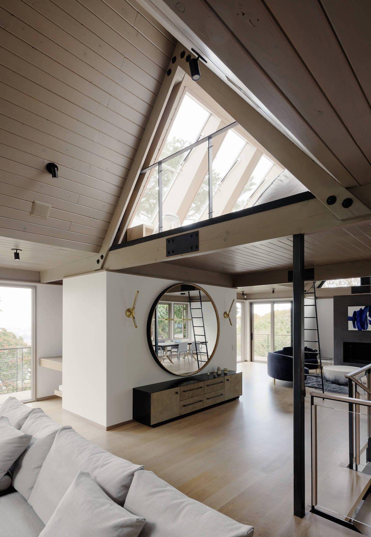 salon spacieux mezzanine triangle parquet bois canapé blanc clem around the corner