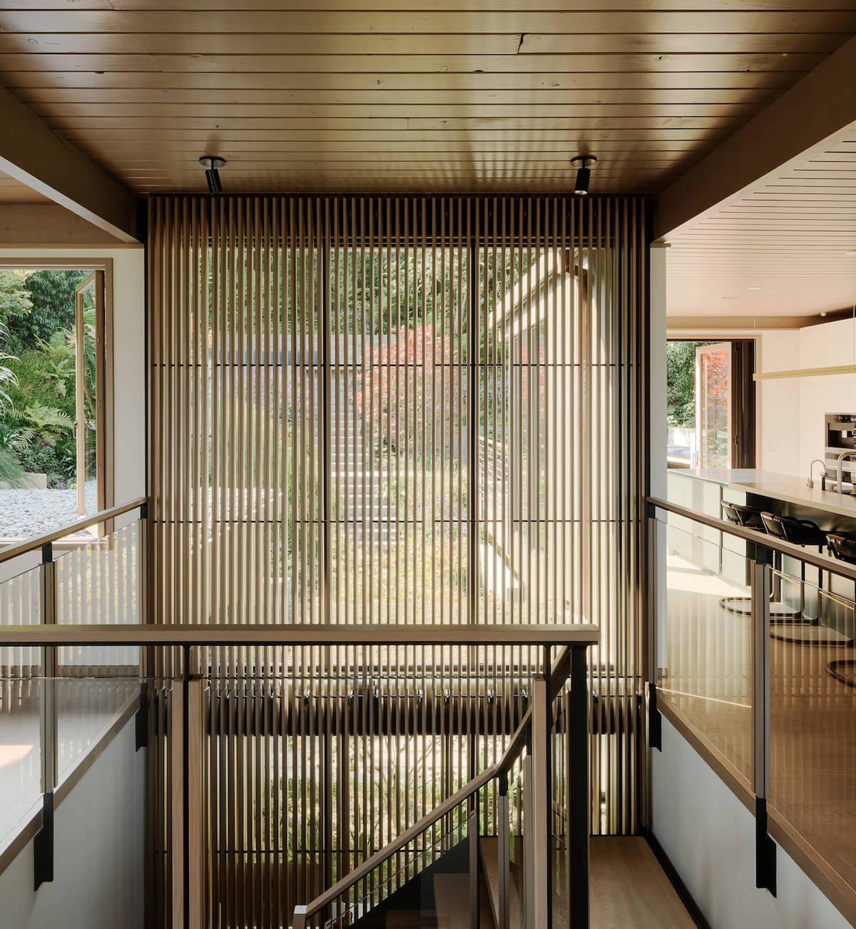 escalier bois cuisine ouverte chaise haute ronde noir - blog déco - clem around the corner