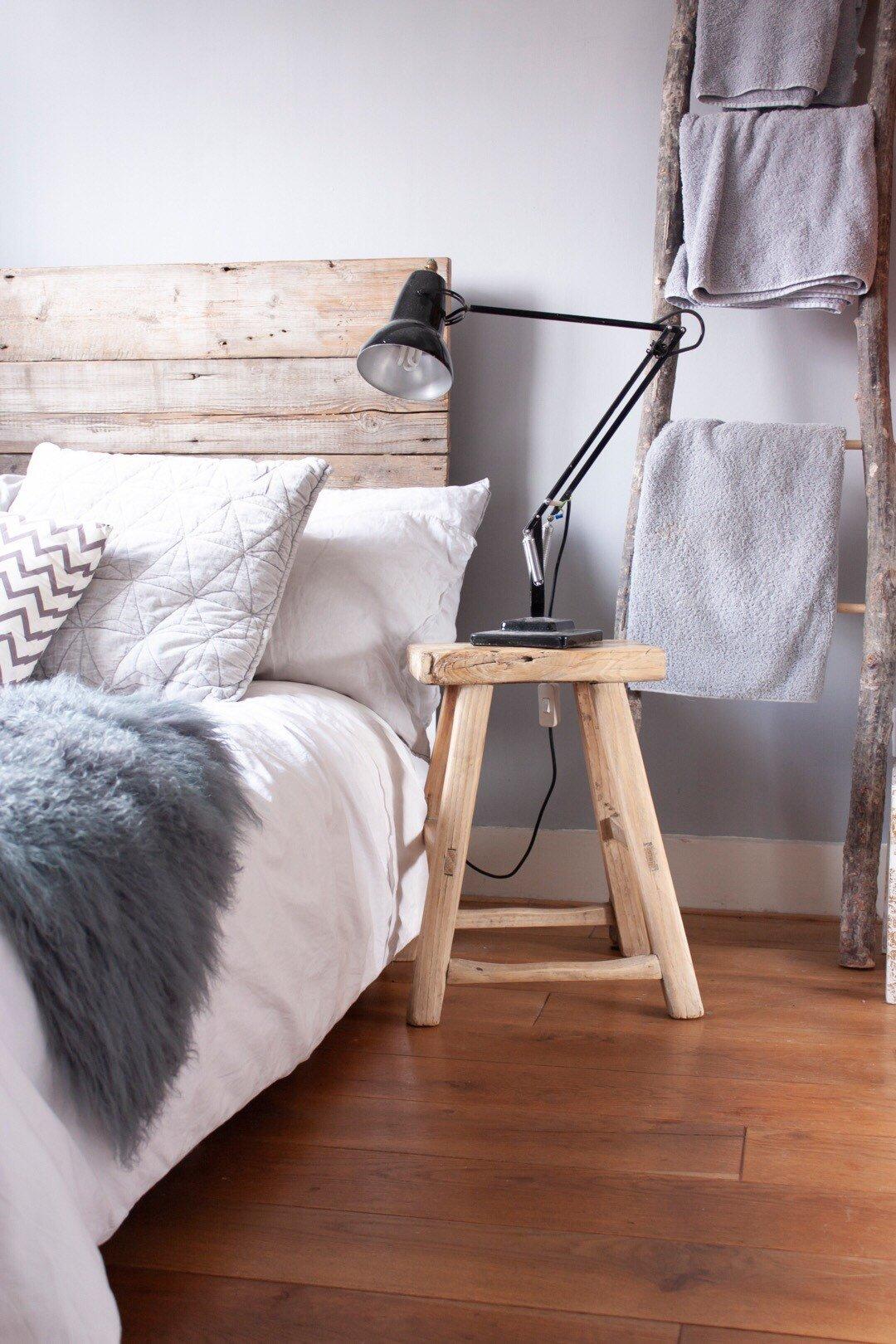 chambre studio étudiant tabouret carré bois style rustique - blog déco - clem-around the corner