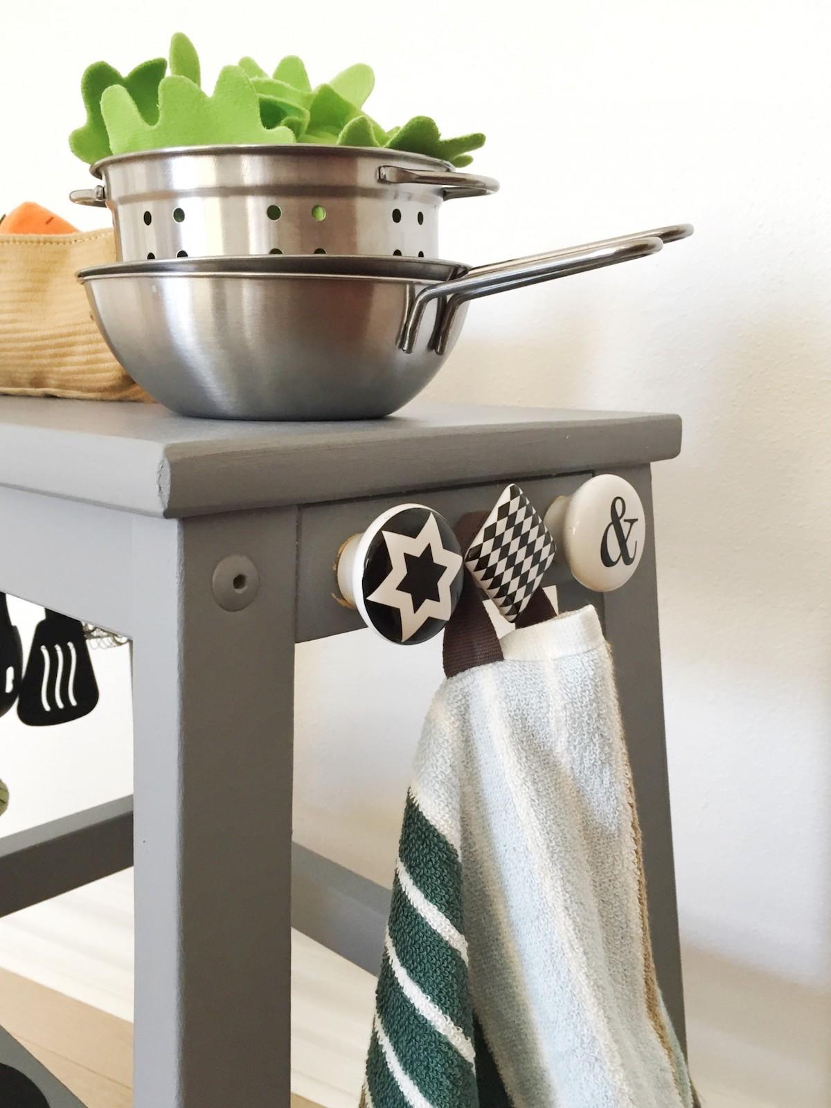 tabouret bois gris cuisinière enfant poignées rondes noires et blanches