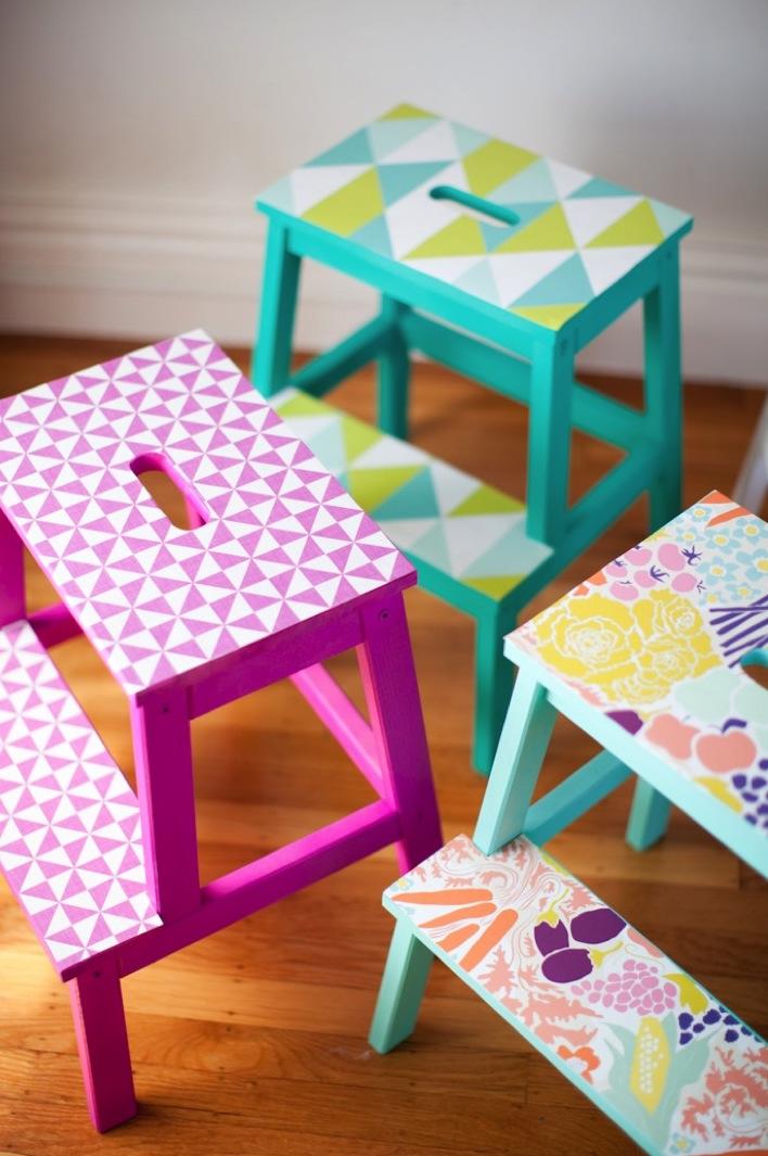 marche pied ikea chambre mobilier bois peinture blanche violette lumineux motifs triangles - blog déco - clem around the corner