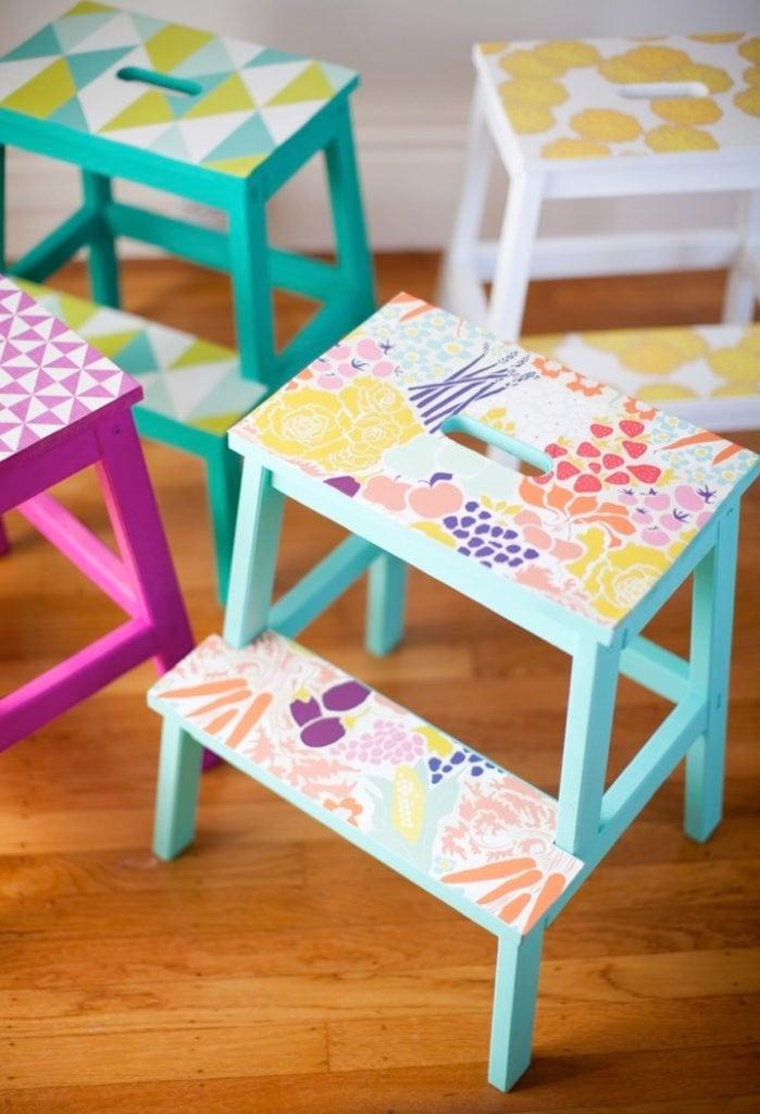 marche pied ikea chambre mobilier bois bleu-turquoise violet jaune couleurs estivales - blog déco - clem around the corner