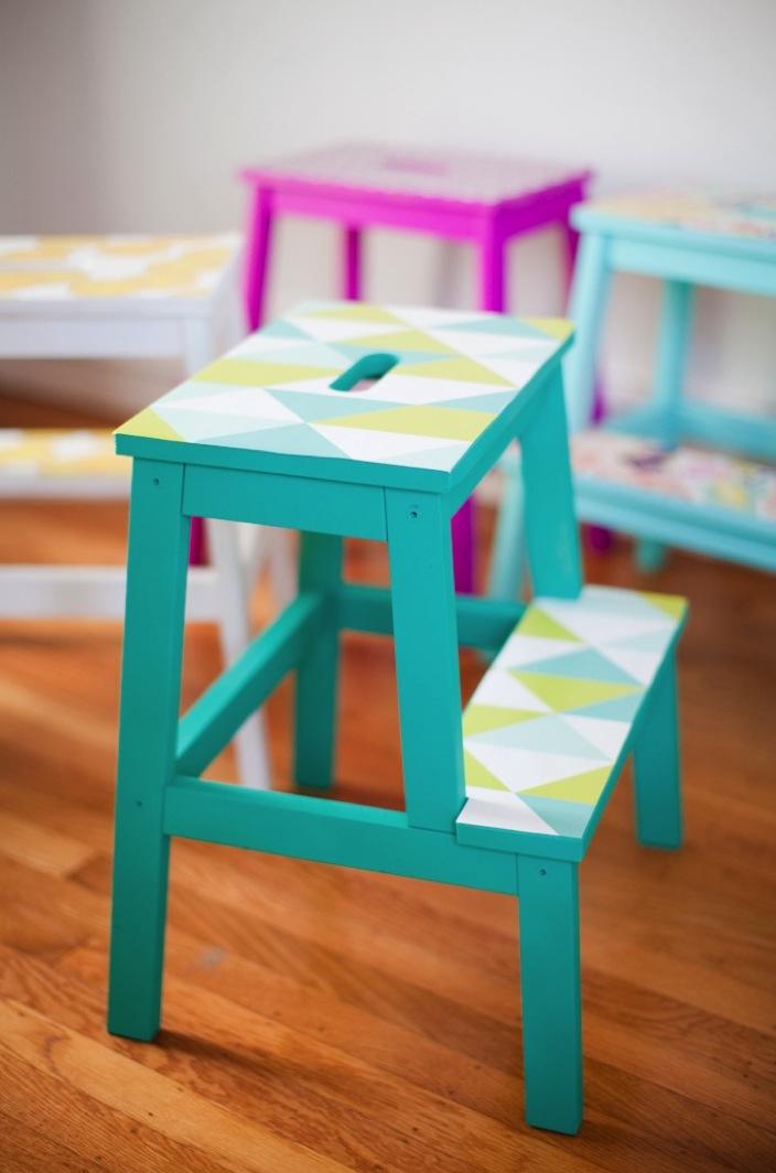 marche-pied ikea hack chambre mobilier bois bleu turquoise vert blanc motifs triangulaires