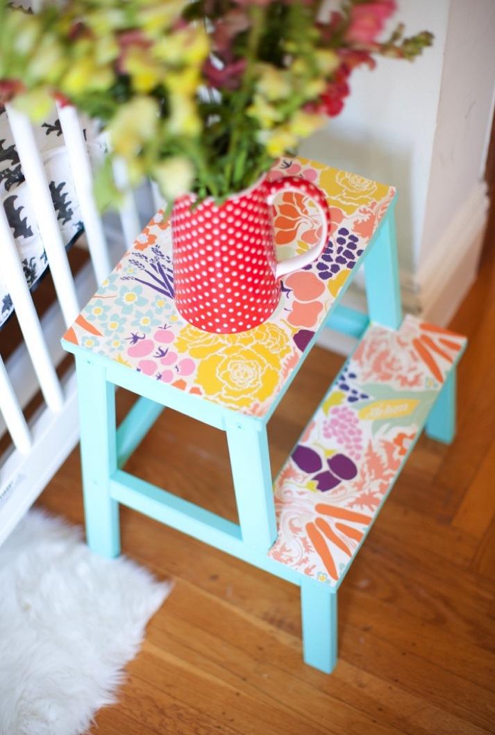 marche-pied ikea hack chambre mobilier bois bleu turquoise fleuri printemps - clemaroundthecorner
