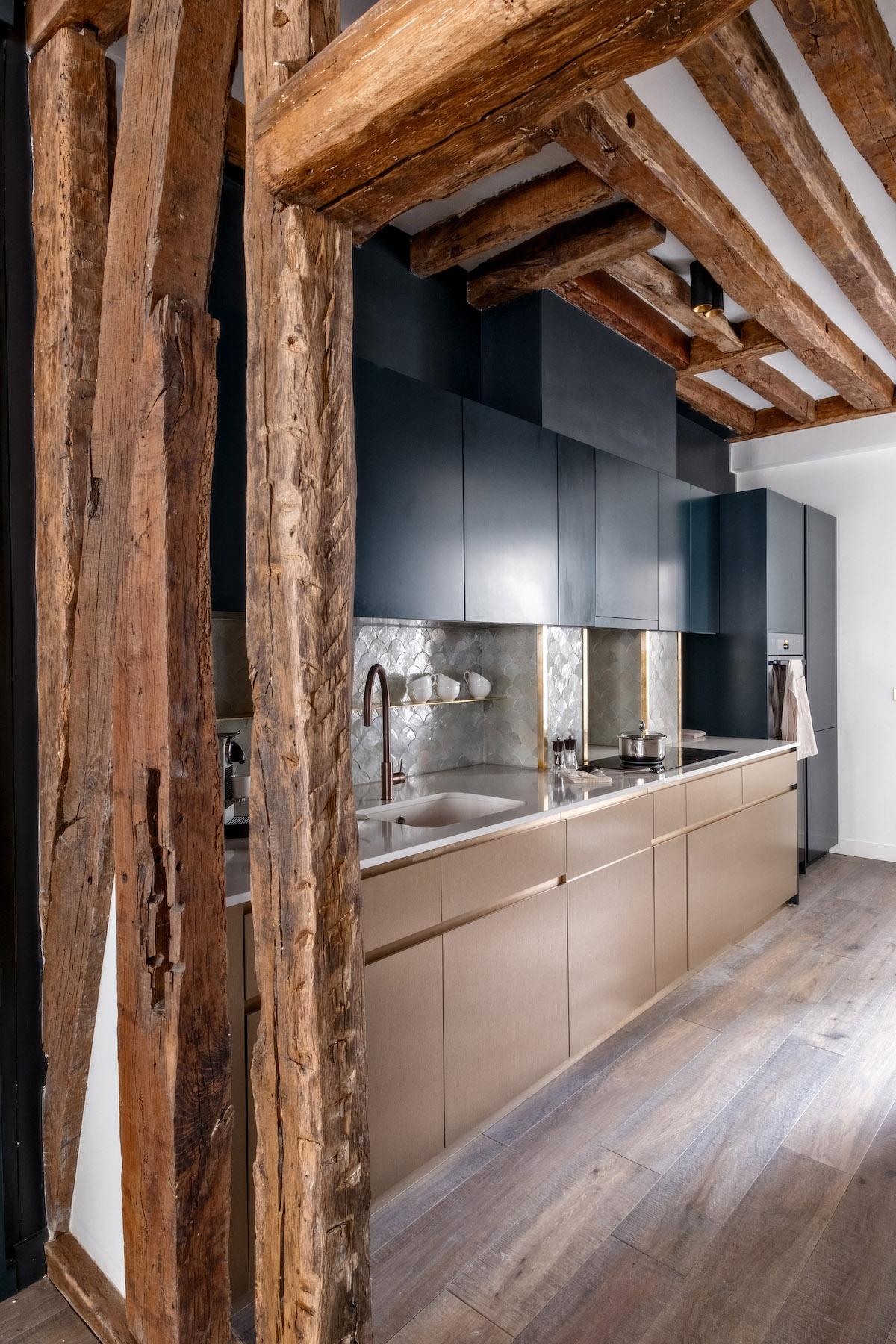 déco en bois cuisine chic luxueuse taupe laiton bleu - blog déco - clem around the corner