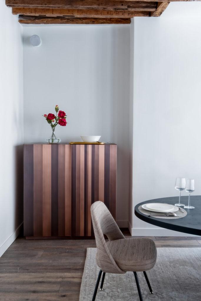 décoration charpente bois séjour vintage chaise meuble rayé taupe - blog déco - clem around the corner