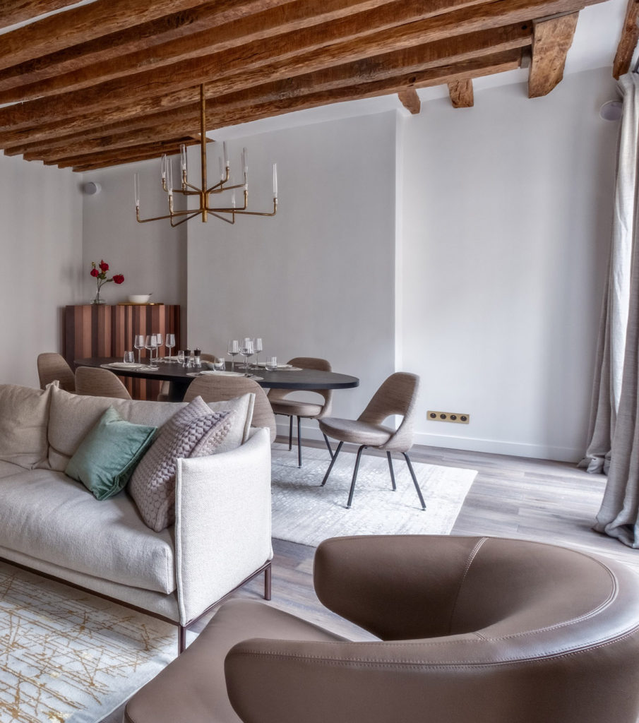 décoration en bois salon authentique moderne taupe laiton - blog déco - clem around the corner
