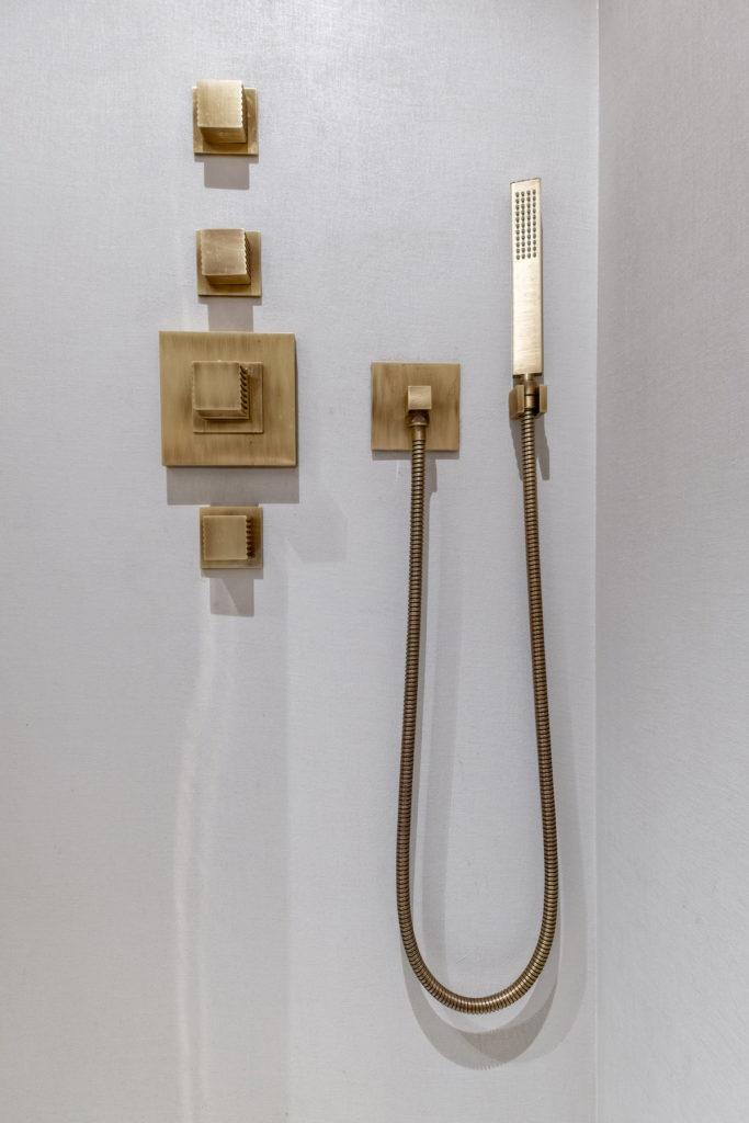 salle de bain douche italienne minimaliste bouton pommeau laiton moderne - blog déco - clem around the corner