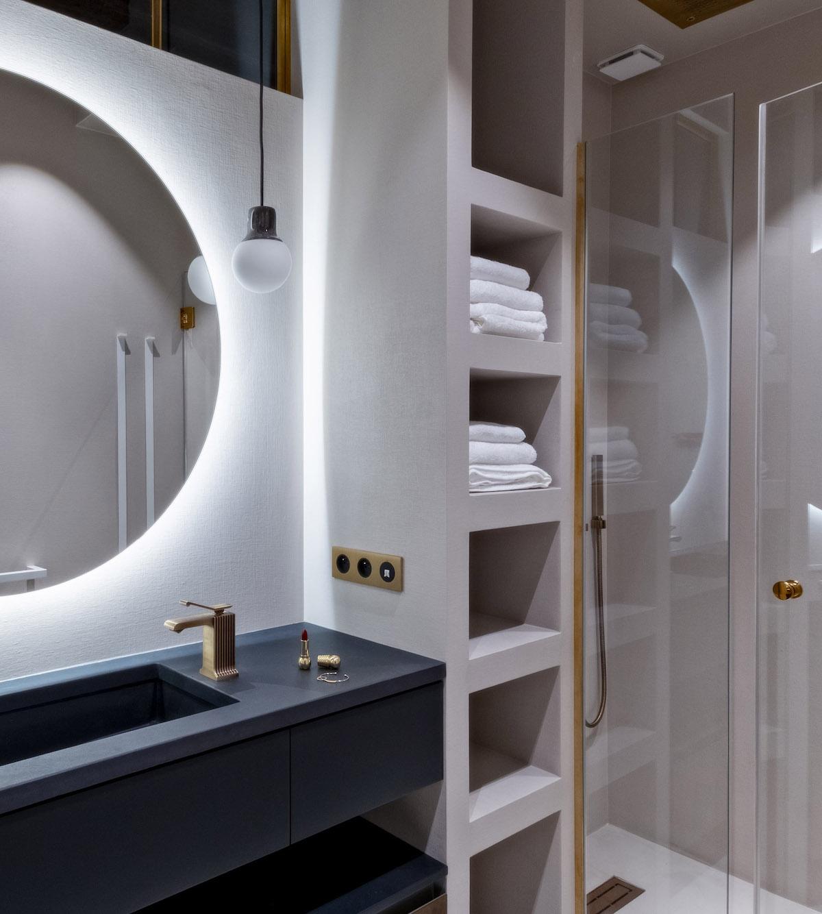 déco en bois salle de bain blanche moderne miroir rond led - blog déco - clem around the corner