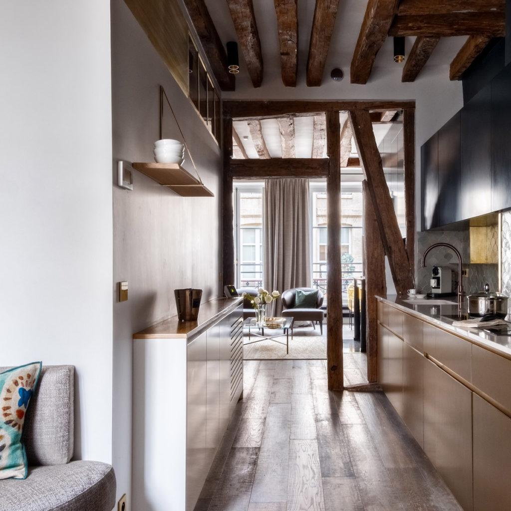 appartement de 60m2 cuisine chic rustique taupe laiton bleu - blog déco - clem around the corner