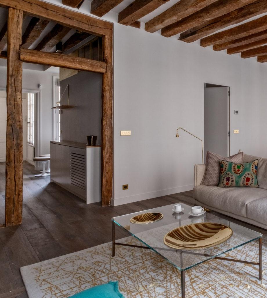 poutres apparentes appartement d'époque 60m2 Paris couloir cuisine salon authentique moderne - blog déco - clem around the corner