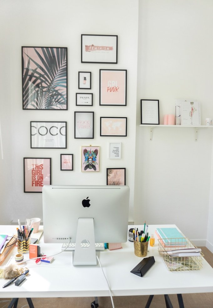 mur de cadres bureau rose blanc couleurs douces - blog déco - clem around the corner
