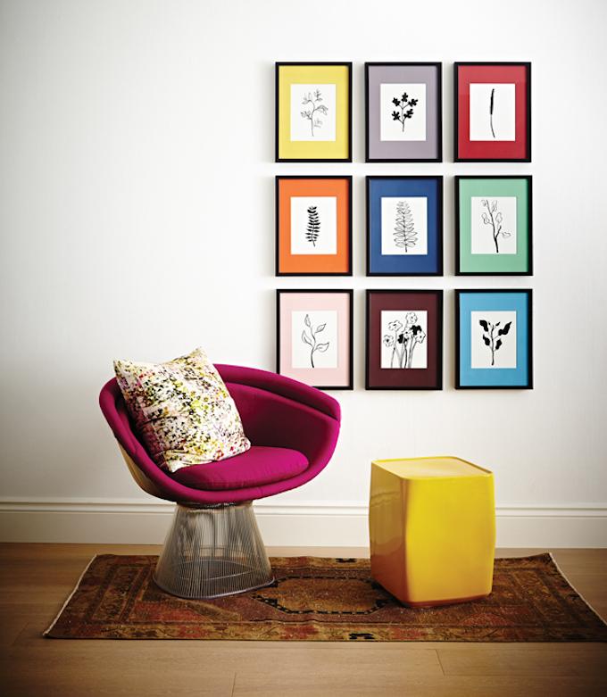 mur de cadres salon élégant coloré fauteuil rond - blog déco - clem around the corner