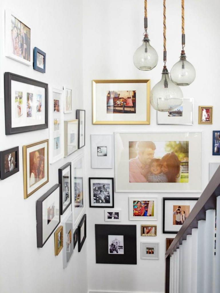 mur de cadres escalier blanc lustre ampoule - blog déco - clem around the corner