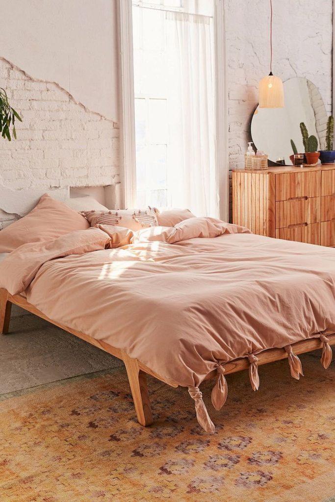 déco rose blush chambre esprit bohème lit bois draps noués - blog décoration - clem around the corner