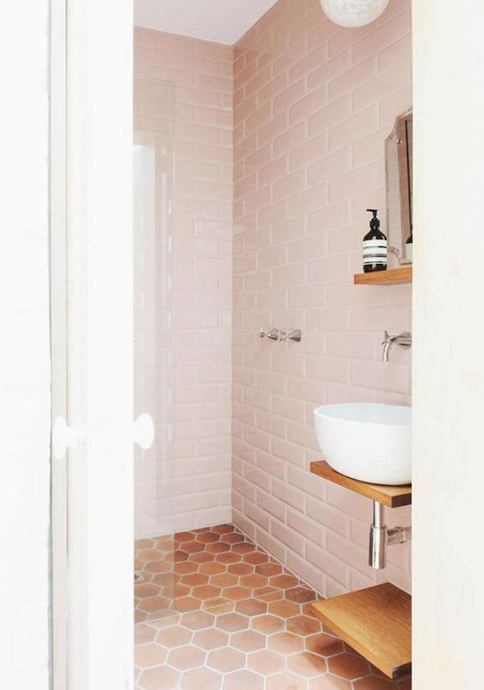rose blush salle de bain mur brique sol terracotta - blog déco - clem around the corner
