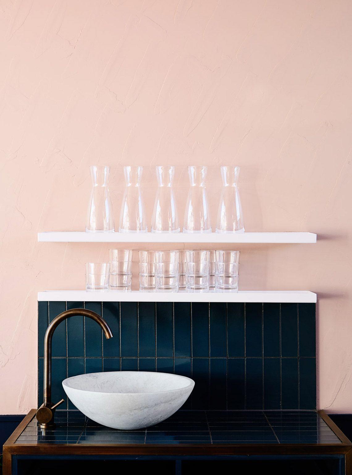 rose blush cuisine bleu carrelage étagère verre blanche lavabo rond - blog déco - clem around the corner