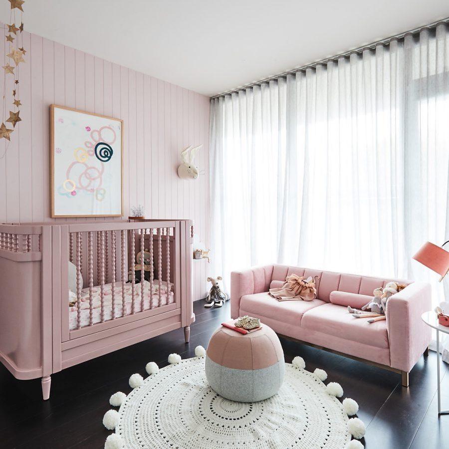 rose blush chambre enfant lit barreaux canapé velours - blog déco - clem around the corner