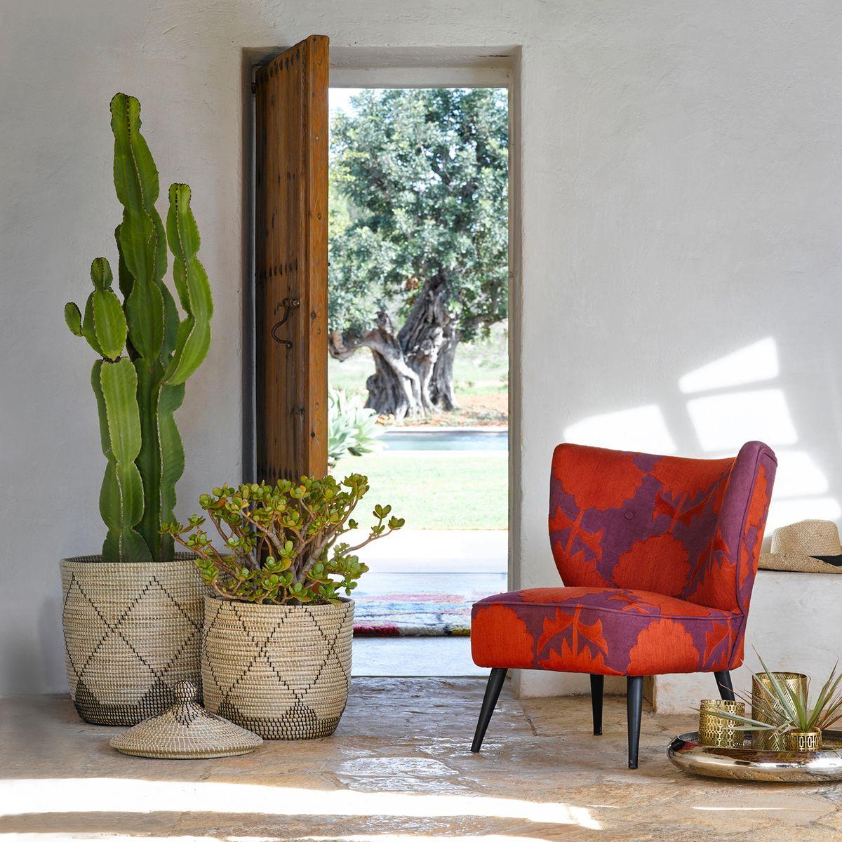 panier de rangement hall entrée estivale porte bois fauteuil rouge - blog déco - clem around the corner