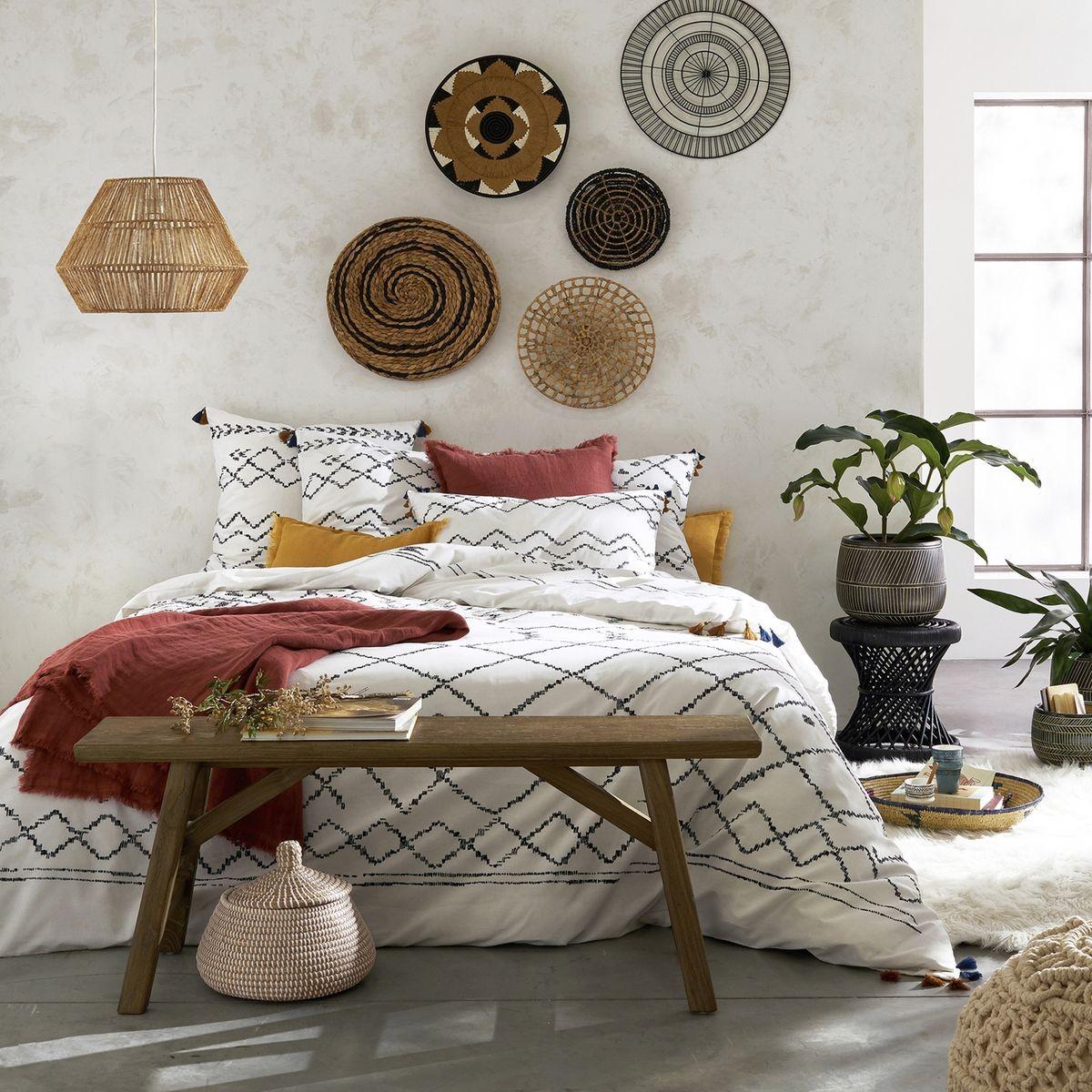 panier de rangement chambre bohémienne rouge blanche banc bois tapis fourrure - blog déco - clem around the corner