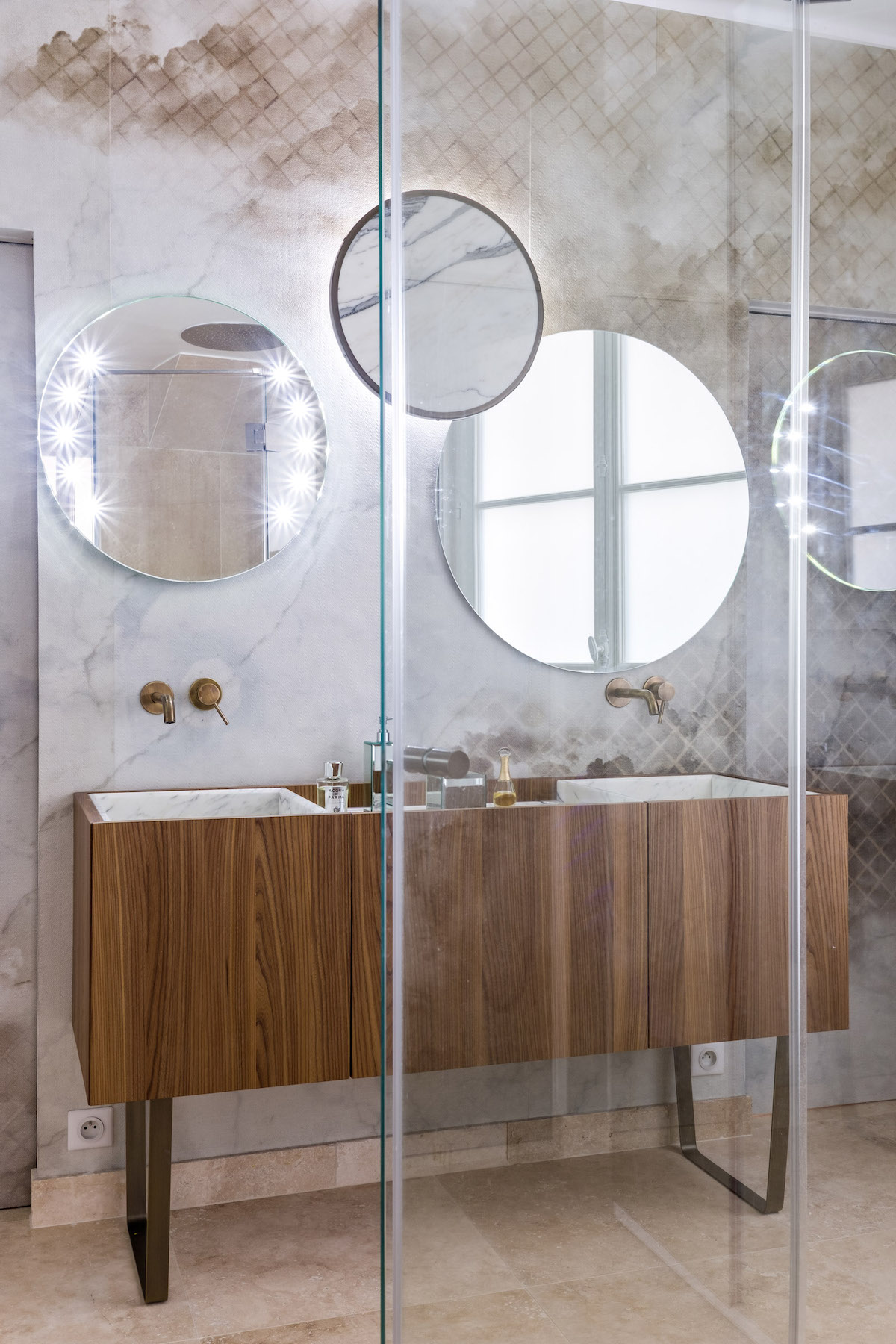 bohème salle de bain marbre rose meuble bois miroir rond art déco vintage retro design